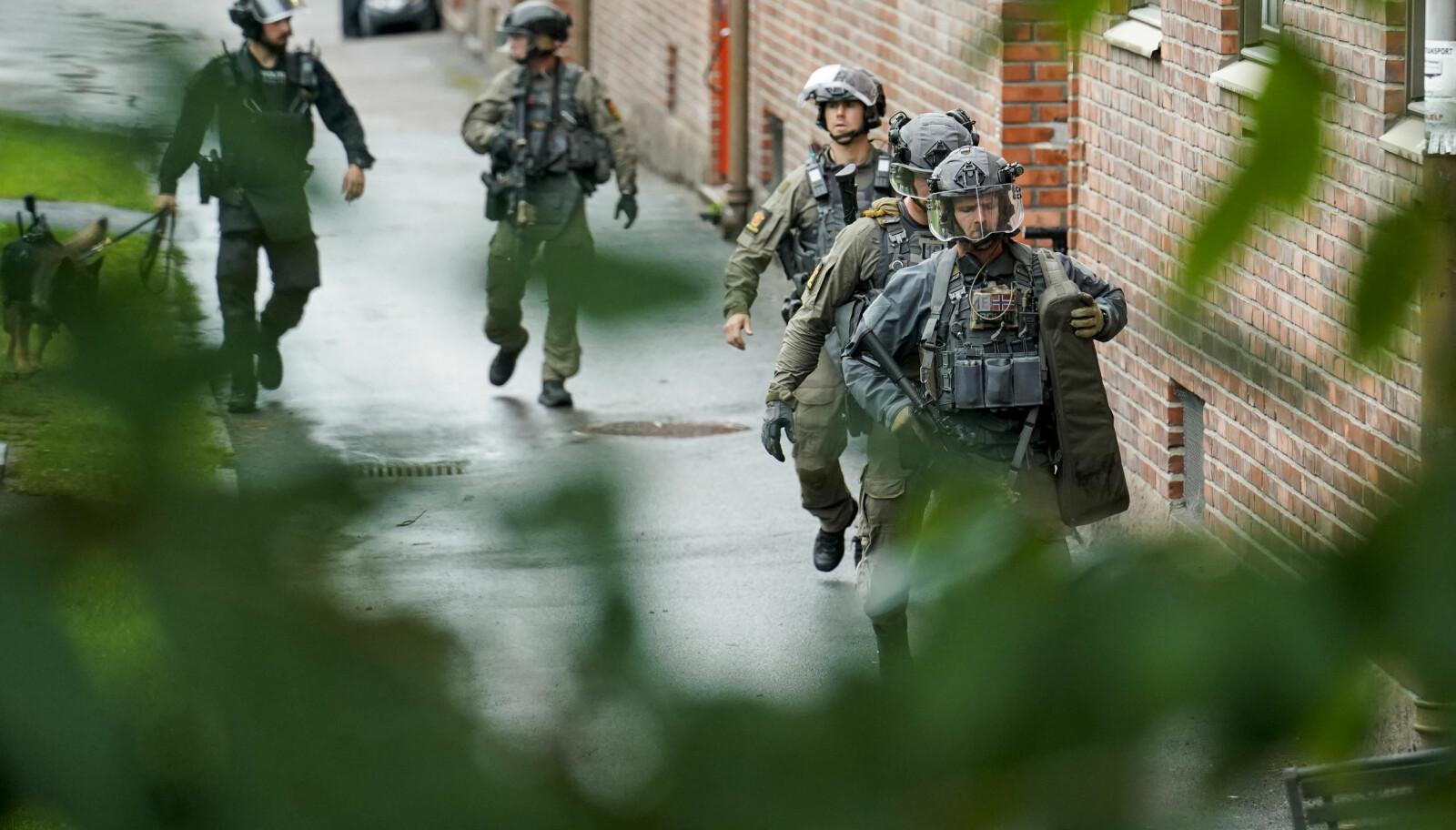 Tungt bevæpnet politi søkte gjennom flere oppganger i nærheten av leiligheten i Christian Michelsens gate.
