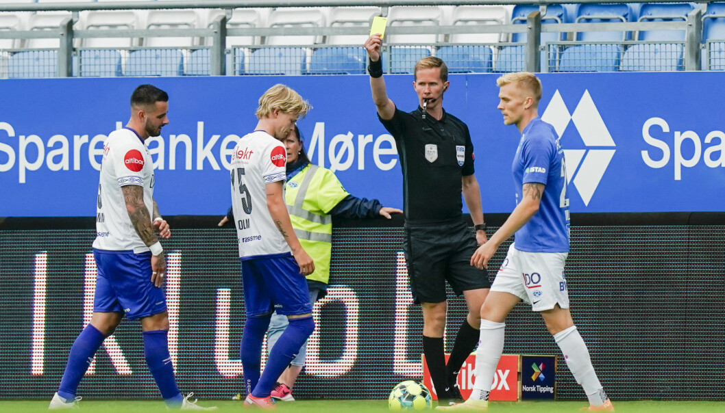 Vålerengas Odin Thiago Holm får gult kort av dommer Kristoffer Hagenes under eliteseriekampen i fotball mellom Molde og Vålerenga på Aker stadion.