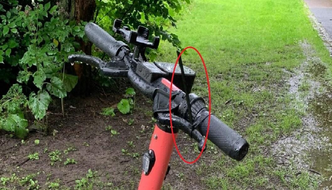 Her ser man tydelig at strips er festet over håndbremsen på styret. Denne sykkelen sto like ved Akerselva sykehjem.