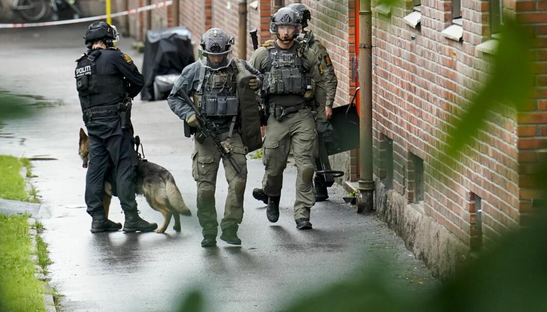 Store politistyrker rykket ut etter at en mann ble skutt i en leilighet i Oslo på tirsdag.