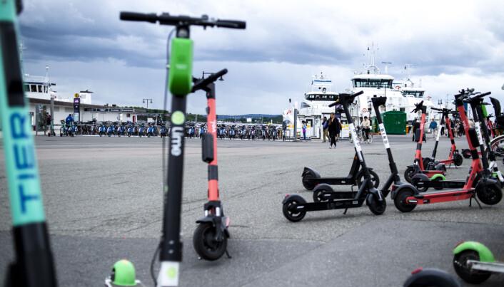 El-sparkesykler er ofte å se langs Aker Brygge. Mange av dem er ikke noe særlig ryddig plassert. Men syklene ryddet på plass av elsparkesykkelselskapet Wind sto rett oppå ledelinja for svaksynte.