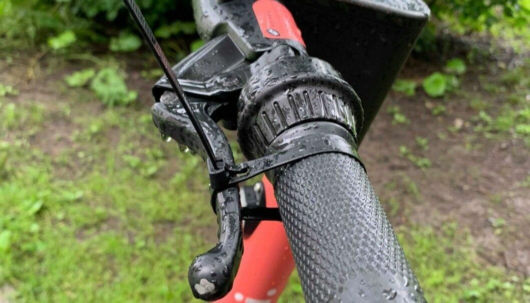 Folk har begynt med sabotasje mot elsparkesykler. Her er det satt strips på håndbrems ved Akerselva på Bjølsen.