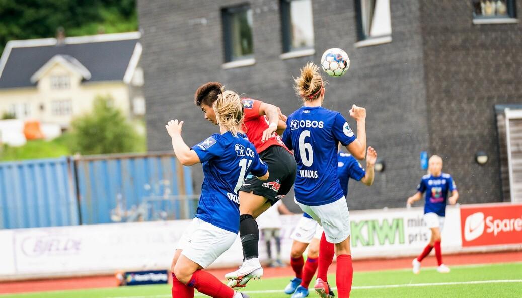 Vålerenga-forsvaret storspilte mot Arna Bjørnar lørdag ettermiddag. Her har Maruschka Waldus og Ingebjörg Sigurdadottir full kontroll på hjemmelagets angripere.