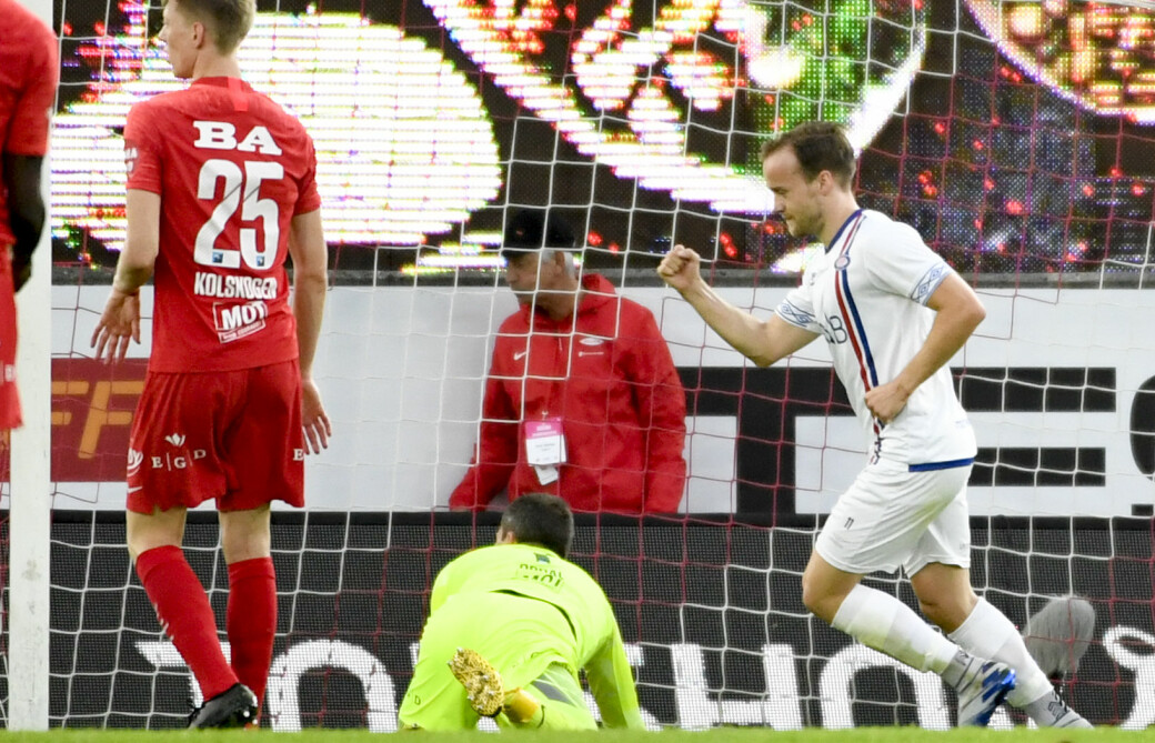Håkon Opdal ser langt etter ballen fra tidligere Brann-spiller Bård Finne. Med to straffemål sikret Finne seier og tre viktige poeng for Vålerenga.