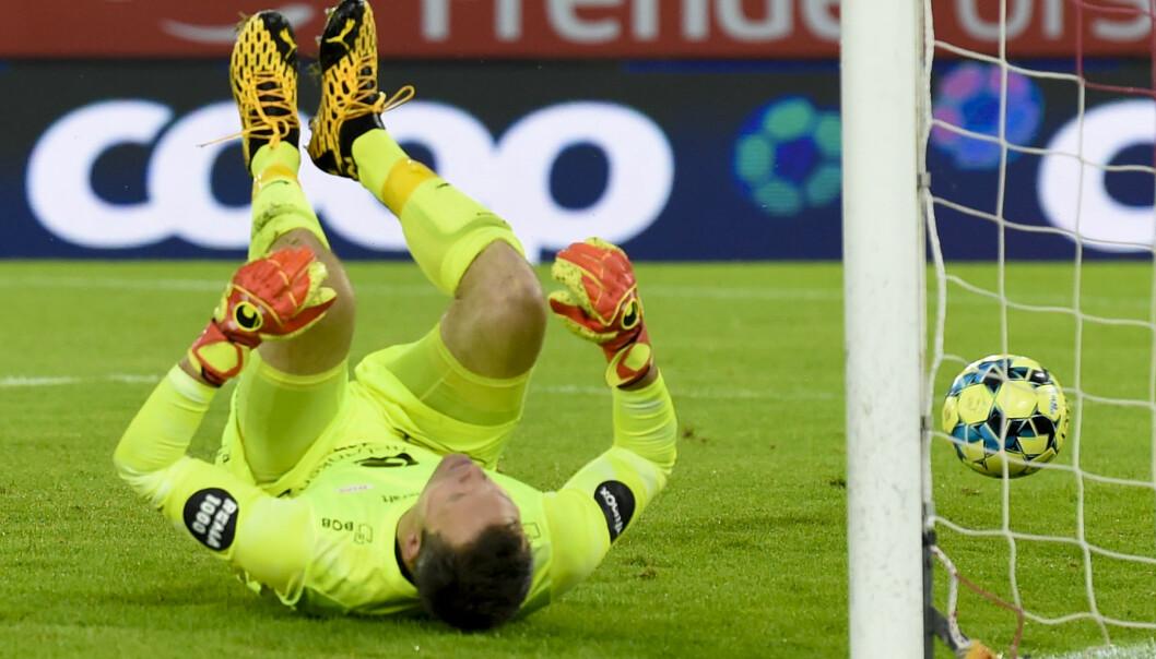 Brann-keeper Håkon Opdal konstaterer at Bård Finne har satt ballen bak ham for andre gang.