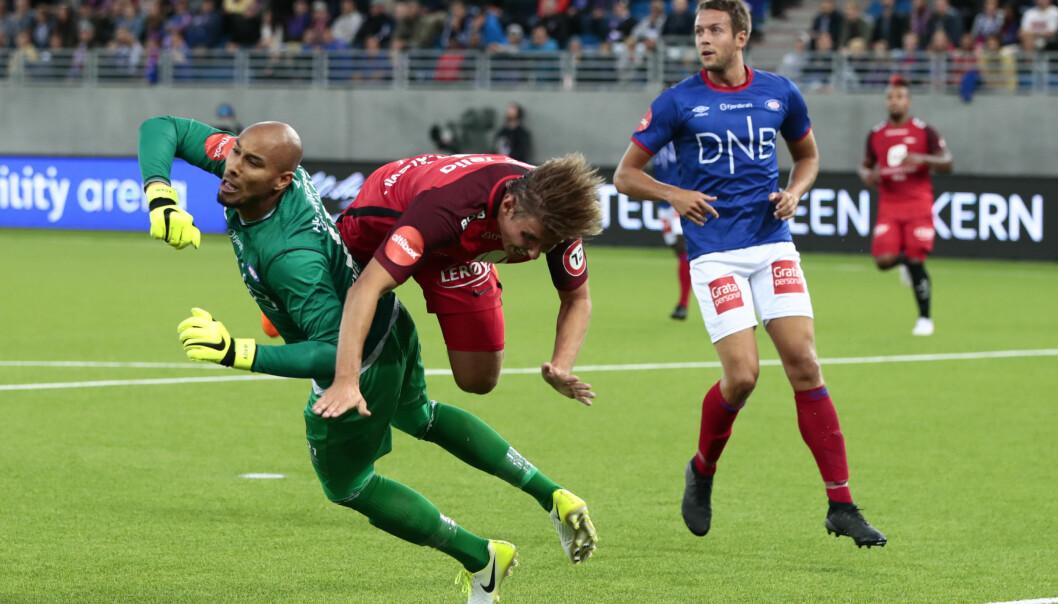 Branns Steffen Lie Sklevik stuper inn bak Adam Larsen Kwarasey i en seriekamp i 2018.