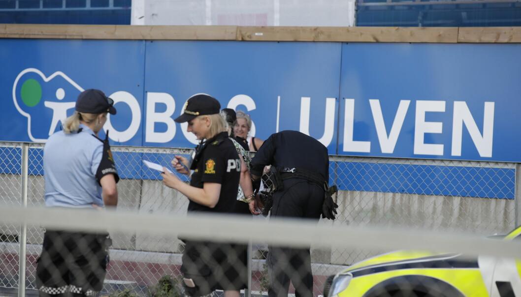 Politiet opplyser at en kollisjon mellom to biler i forkant trolig har utløst volden.