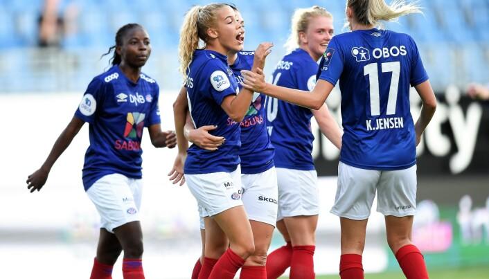 Celin Bizet Ildhusøy gratuleres etter scoringen som sikret Vålerenga uavgjort mot Kolbotn fredag kveld.