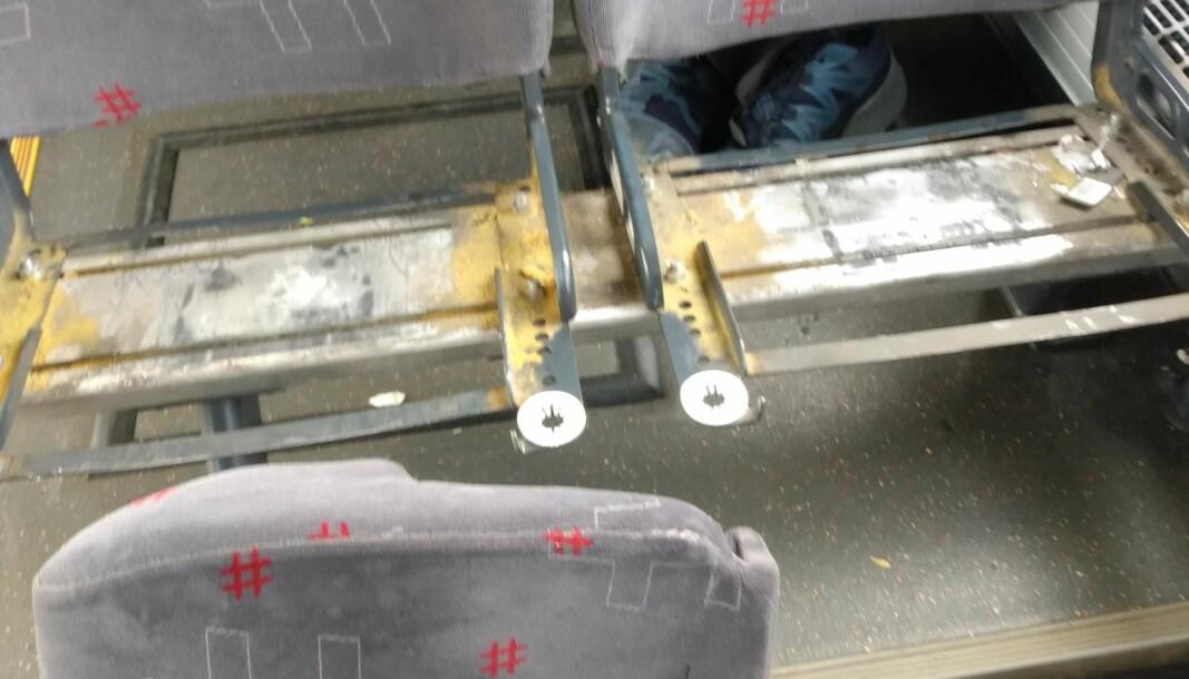 Slik så de to setene ut som løsnet i farten nedover Gamlebyen. Anne Marte Løkke er bekymret for vedlikeholdet til Ruter av bussene og påpeker at hendelsen kunne vært livsfarlig på en vei med større hastighet.