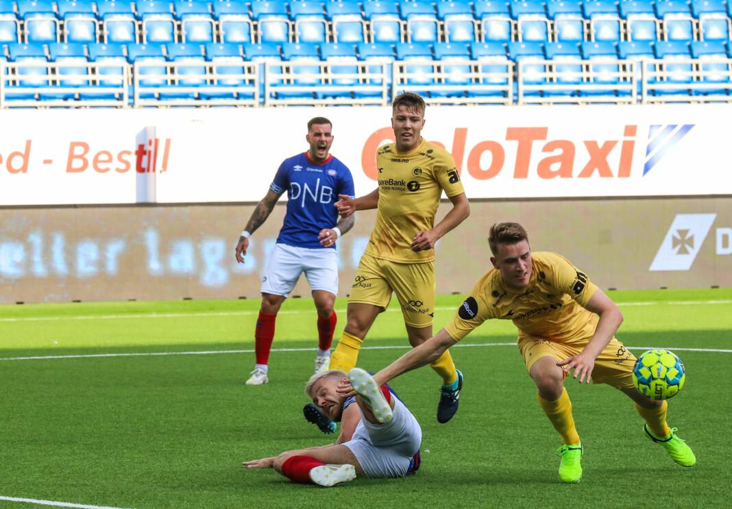 Aron Dønnum roper på straffe når Wilhjalmsson går overende, men dommeren velger å ikke blåse.