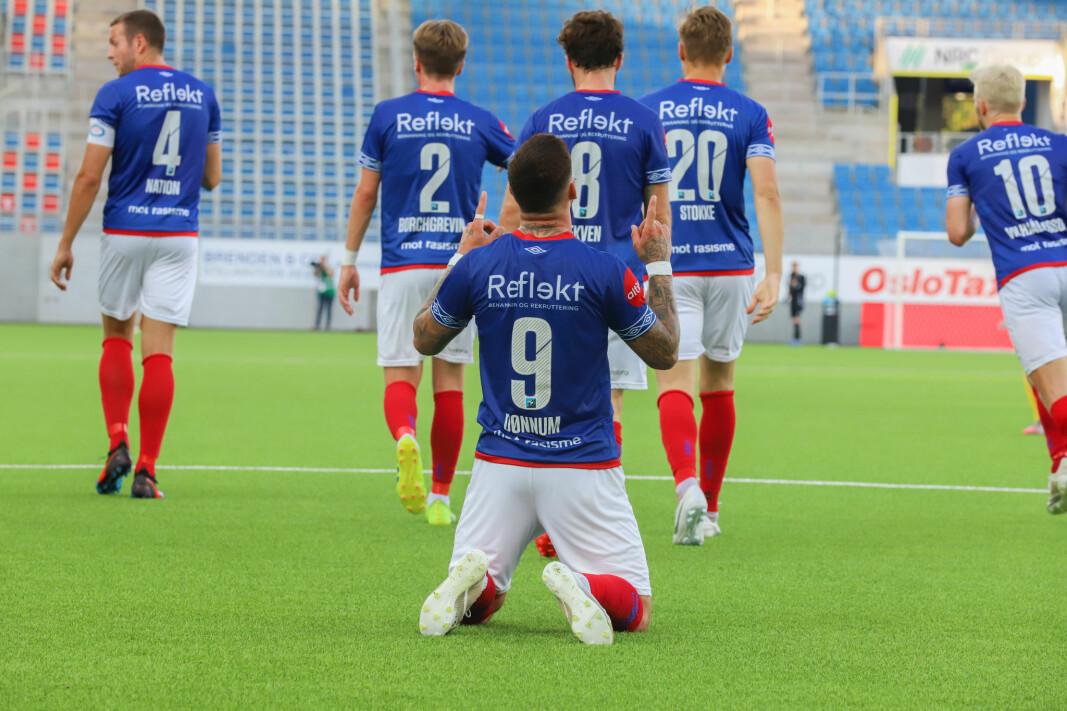 Aron Dønnum takker fotballgudene etter å ha utlignet til 2-2.