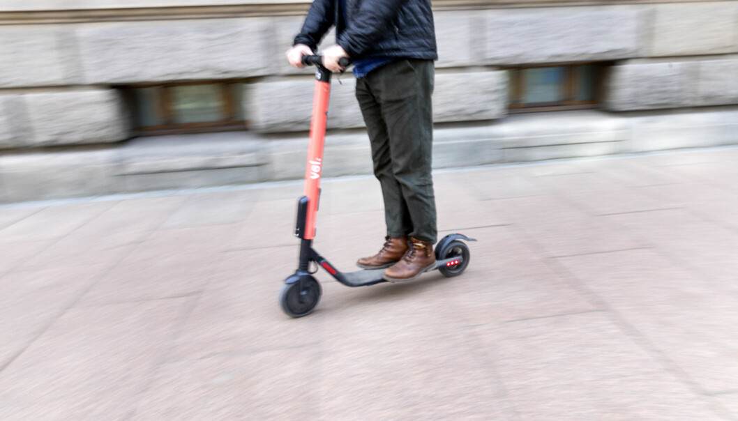 Mannen, som mistenkes å ha kjørt elsparkesykkelen i beruset tilstand, ble kjørt med ambulanse til Ullevål sykehus.