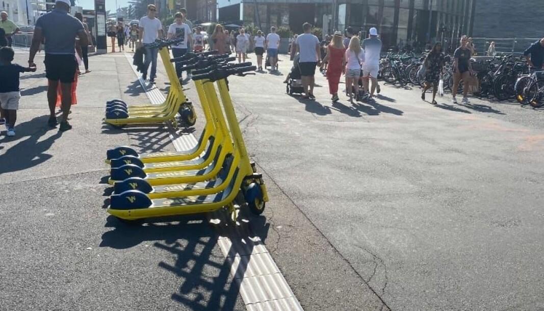 Her har sparkesykkelselskapet plassert syklene sine rett på ledelinja for svaksynte. — Ikke greit, sier Evind Trædal.