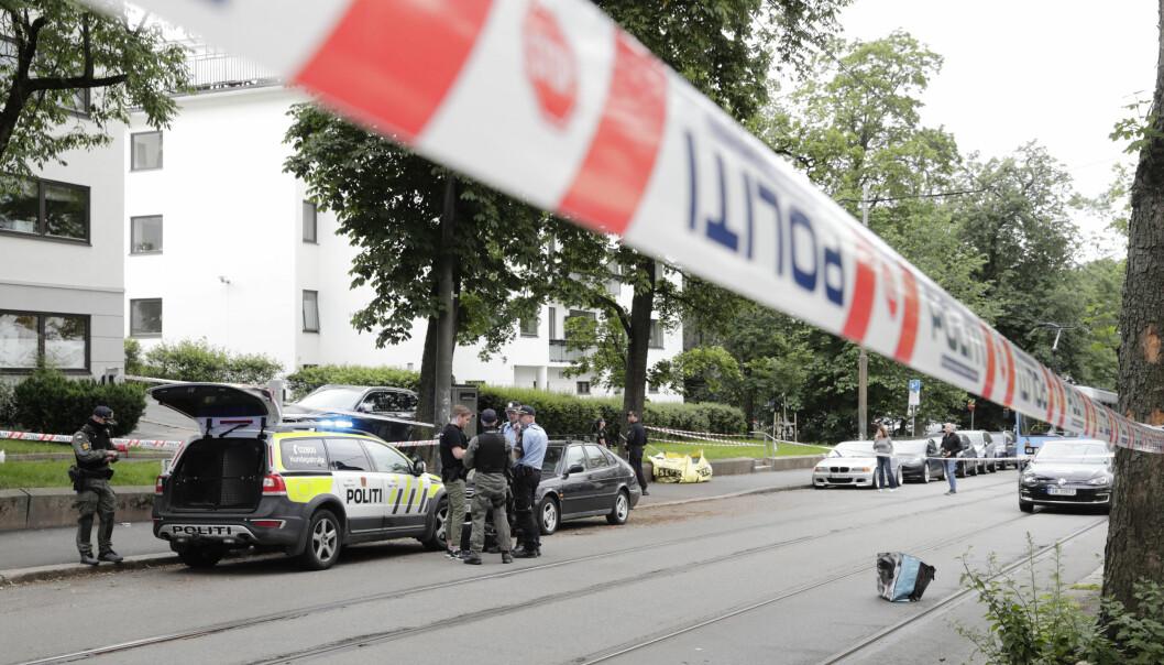 Politiet på plass rett nedenfor Solli plass 18. juni i fjor etter at en mann truet en trikkefører med kniv.
