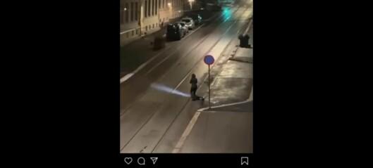 Se hva denne jenta gjør med elsparkesyklene midt på natta