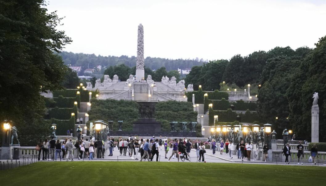 Store grupper med studenter samlet flere steder i Frognerparken mandag kveld og utover natta. Politiet var til stede, men bøtela ikke for drikking.
