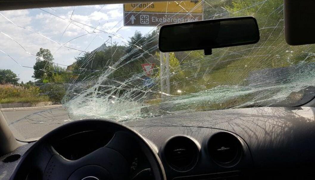 Den knuste frontruta gir ikke mye til sikt fra førerplass i den utenlandskregistrerte Seat`en.