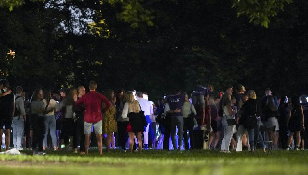 Fortsatt noen som festet i Frognerparken sent tirsdag kveld. Også i Stensparken og på St. Hanshaugen var det festing. Begge steder grep politiet i natt inn.