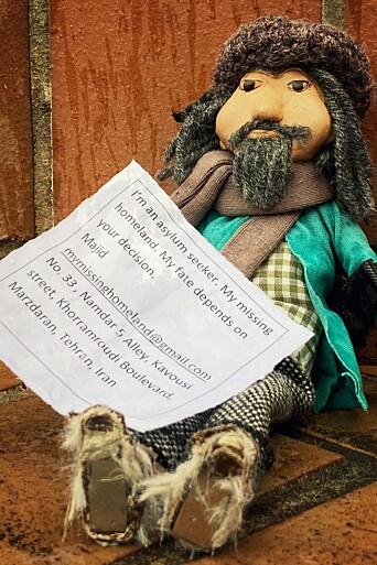 """""""Asylsøkeren"""" Majid ble sist sett på T-banetrappa ved Jernbanetorget. Nå lurer kunstner Sara Hosseini på om dukkene har funnet seg et nytt hjem."""