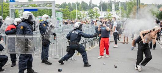 Politiet med tåregass mot steinkastende demonstranter på Furuset. Samtidig fikk Sian holde på i fred