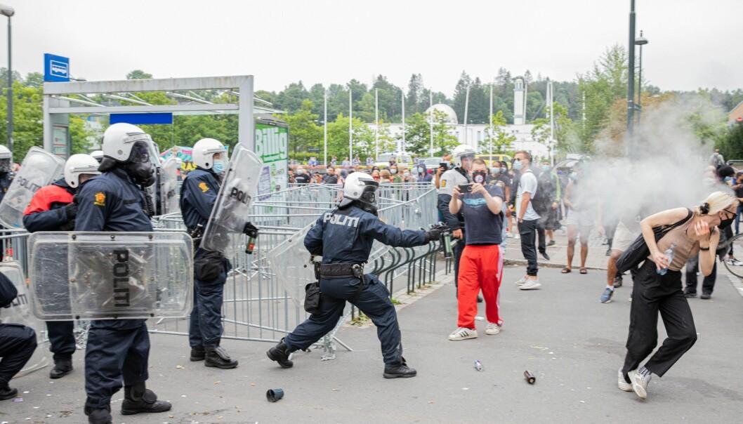 Her får en av demonstrantene mot Sian sprayet politiets tåregass rett i ansiktet. En person ble pågrepet for vold mot politiet.