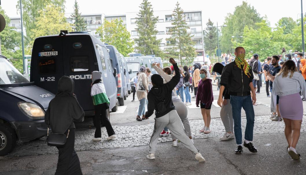 Politiet satte opp en mur av biler for å beskytte Sian. Samtidig ble steinkastende motdemonstranter sprayet med tåregass.