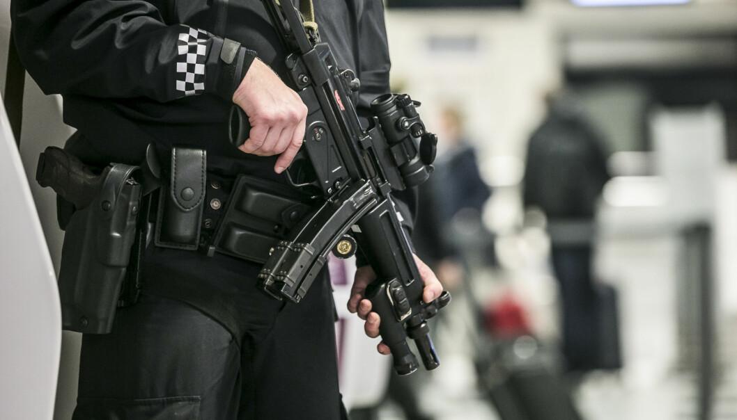 Politiet tok melding om en uniformert mann i Frydenlundgata på alvor lørdag kveld.