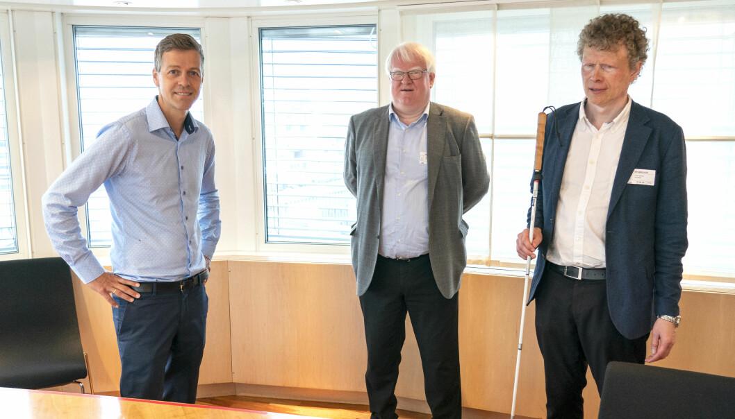 Samferdselsminister Knut Arild Hareide (t.v.) møtte Blindeforbundets Terje Andre Olsen (i midten) og Sverre Fuglerud onsdag.