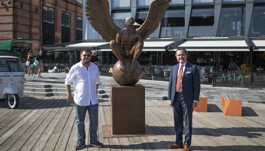 """Prosjektansvarlig Ernesto Malda og ambassadør Ulises Canchola fra den meksikanske ambassaden i Oslo poserer foran skulpturen """"Bernardo Oriental""""."""
