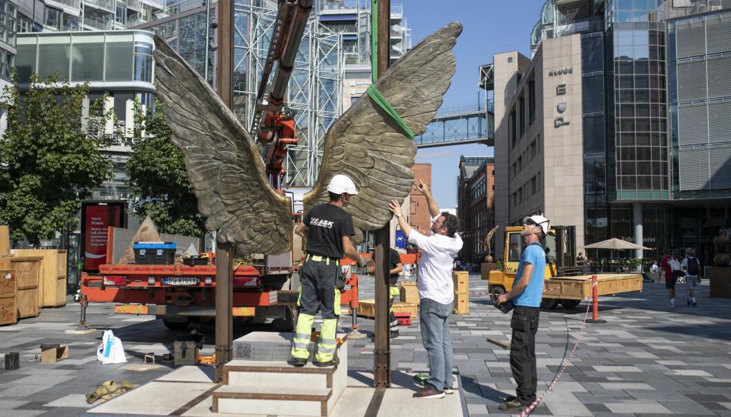 «Wings of Mexico» heises på plass fredag ettermiddag.