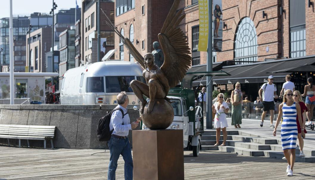 De nye statuene blir nysgjerrig studert av sommervarme forbipasserende.