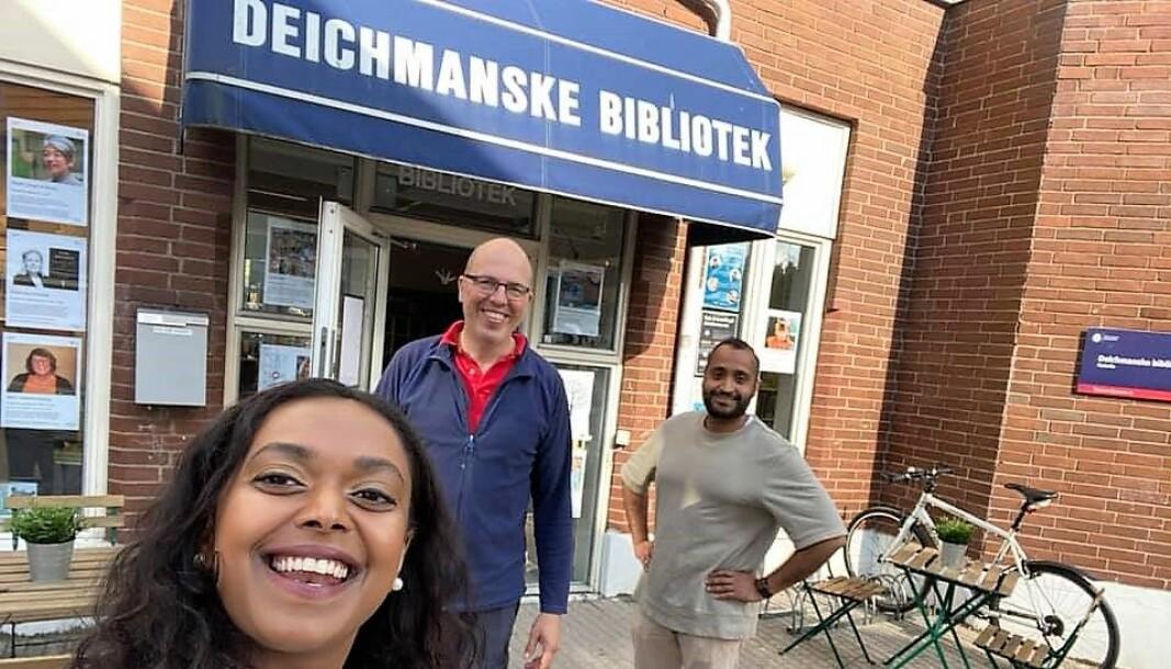 Varaordfører Kamzu Gunaratnam utenfor Deichman Holmlia. Sammen med Ola Mannsåker (AP), leder av bydelsutvalget i bydel Søndre Nordstrand og Abdullah Alsabeehg, i bystyret for Oslo AP.