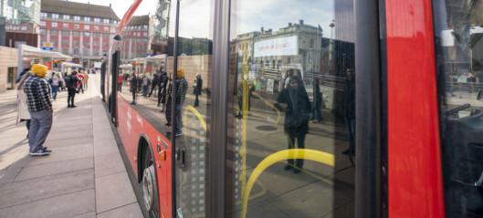 Flere klager på fulle busser ved skolestart. - Færre reisende enn normalt, sier Ruter.