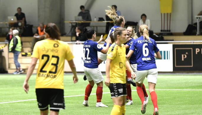 Vålerenga-spillerne jubler og Lillestrøm fortviler etter at Oslolaget har tatt ledelsen 1-0.