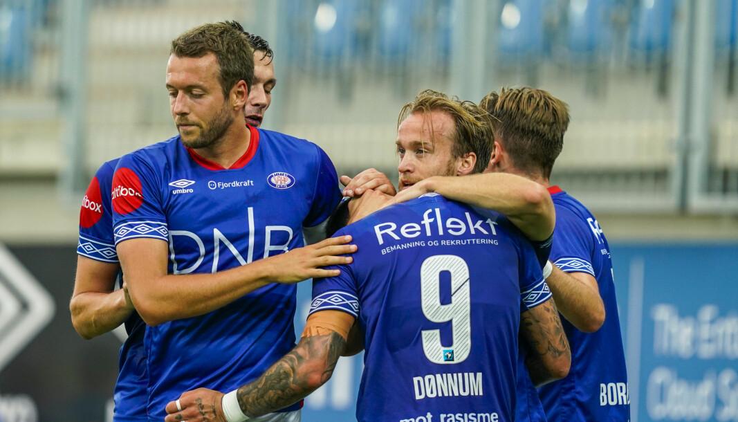 Vålerengaspillerne jubler for scoringen til Bård Finne under eliteseriekampen i fotball mellom Vålerenga og Sandefjord på Intility Arena i Oslo.