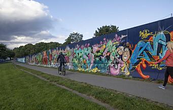 Det høye byggegjerdet rundt byggeplassen til nye Tøyenbadet er fylt med barnetegninger og graffiti