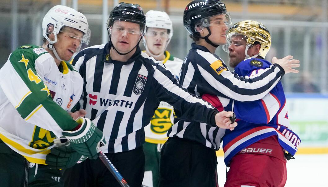 Mangleruds David Booth (t.v) i klammeri med Tobias Lindström under eliteseriekamp i ishockey mellom Vålerenga og Manglerud i forrige sesong.