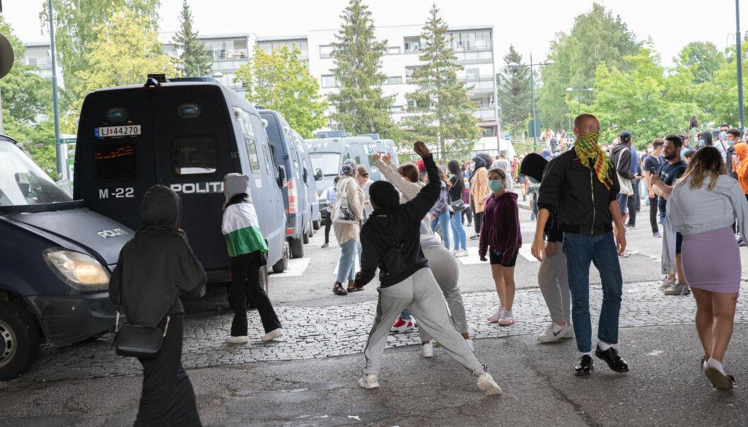 Mens politiet brukte tåregass kastet unge motdemonstranter stein og andre gjenstander.