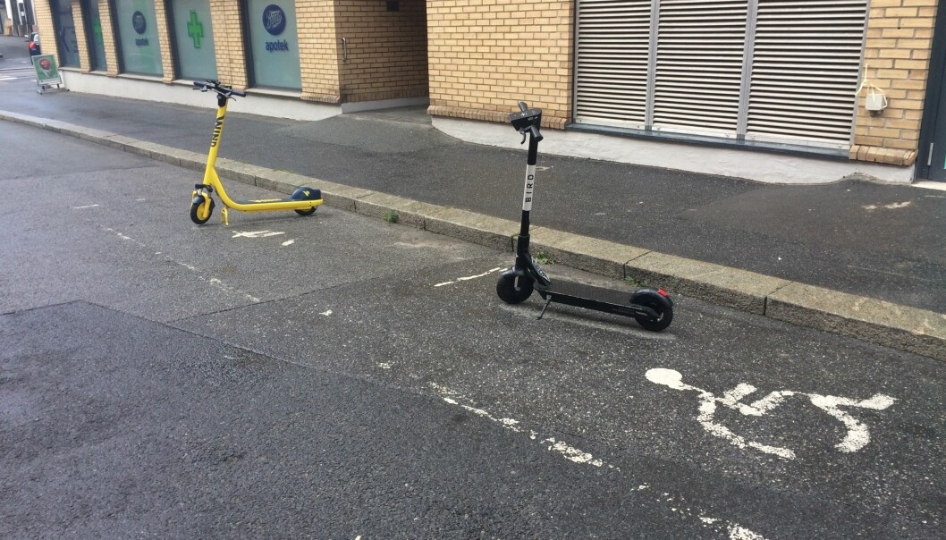 Her står elsparkesyklene i hver sin lomme for handikap-parkering.