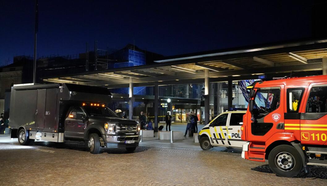 Oslo S og Østbanehallen ble evakuert og all togtrafikk stanset etter bombetrusselen tirsdag kveld.