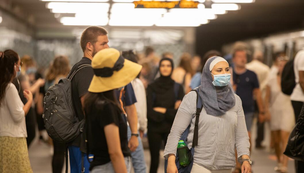 På T-banen på Jernbanetorget er det mange både med og uten munnbind.