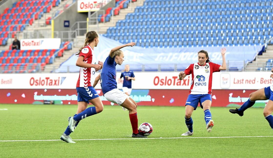 Synne Jensen og Vålerenga-damene var best i byen under byderbyet mot Lyn onsdag kveld. Her åpner Jensen årets målkonto.