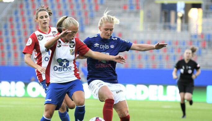 I første omgang slet Vålerenga-spillerne med å skape de store sjansene. Her er det Rikke Madsen som stoppes av Lyn-forsvaret.