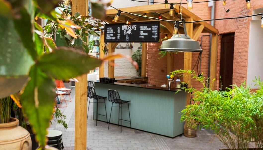 Disco og funk kan nytes hos bakgården til Haandslag.
