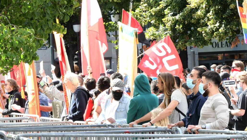 Flere hundre motdemonstranter møtte opp for å vise sin motstand mot Sian.