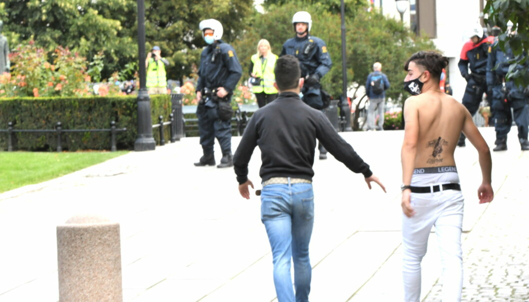 Mot slutten av Sian-markeringen kom unge motdemonstranter seg gjennom sperringene. De ble raskt stanset av politiet.