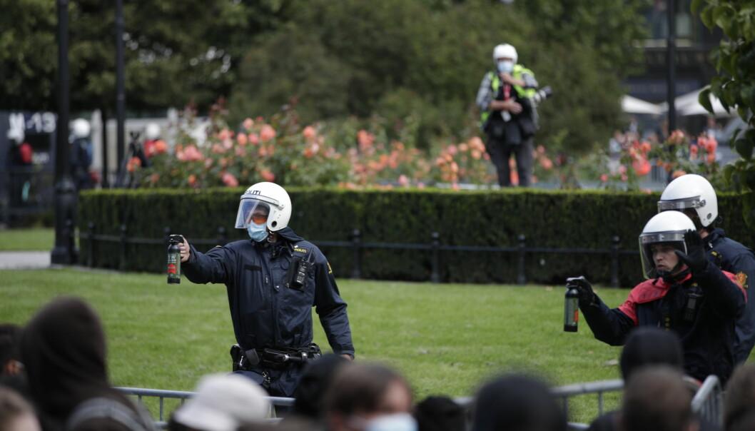 Mot slutten av Sian-markeringen brukte politiet tåregass mot motdemonstranter.