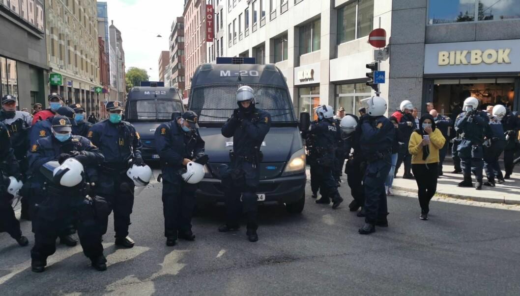 Store politistyrker før, under og etter Sian-markering og motdemonstrasjon foran Stortinget lørdag ettermiddag.