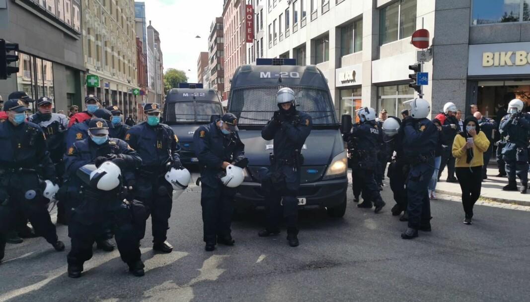 Politistyrker ved motdemonstrasjonen mot Sian på Eidsvoll plass i august.