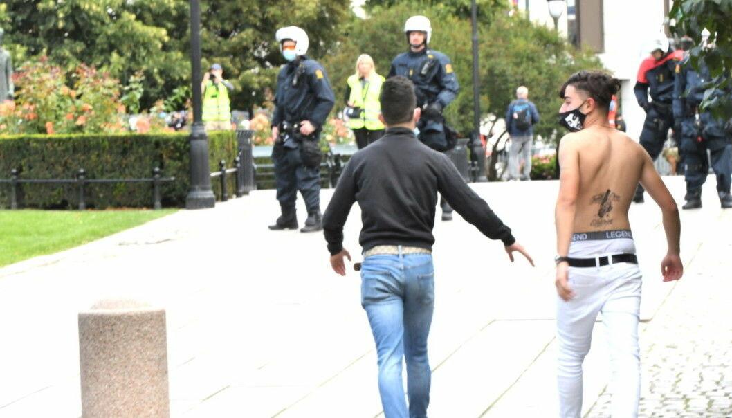 Motdemonstranter bryter gjennom politisperringer ved Sians markering foran Stortinget.